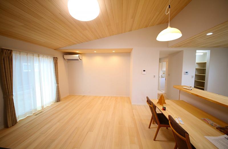 窓を大きくせずに開放感ある家を演出するためには、吹き抜けや間取り等で調整しているそう。さらに、もみの木は光の反射率が適度なため窓を大きくする必要はないのだとか。