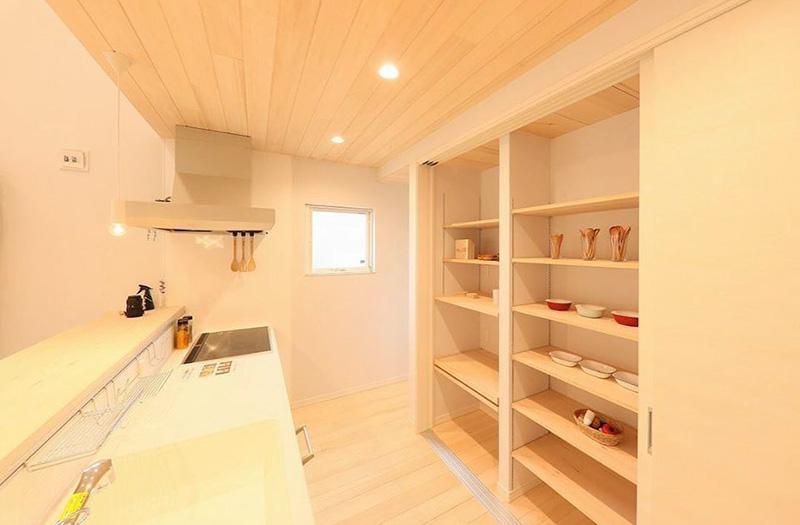 冷蔵庫や食器棚すべて扉3枚で隠すキッチンの「オテキ収納」