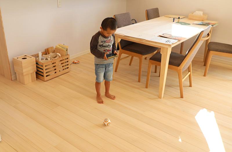 浮造りの床は木の凹凸が心地良く、素足で過ごすのが気持ちいい。