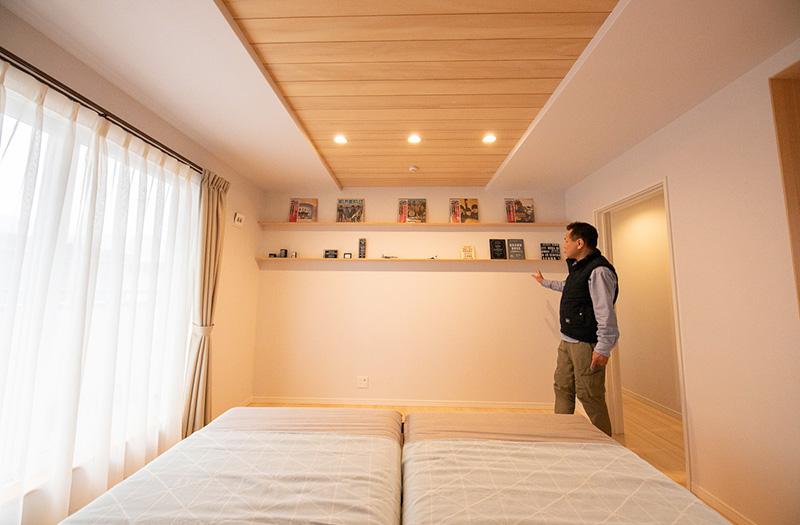 寝室。もみの木の効果を引き出すため、床面積の200%の量を使用。天井にももみの木をっています。