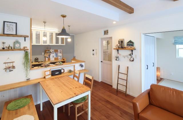 J・M・C 施工事例 - 無垢材&漆喰塗り壁 カフェのようなホッとするかわいいお家