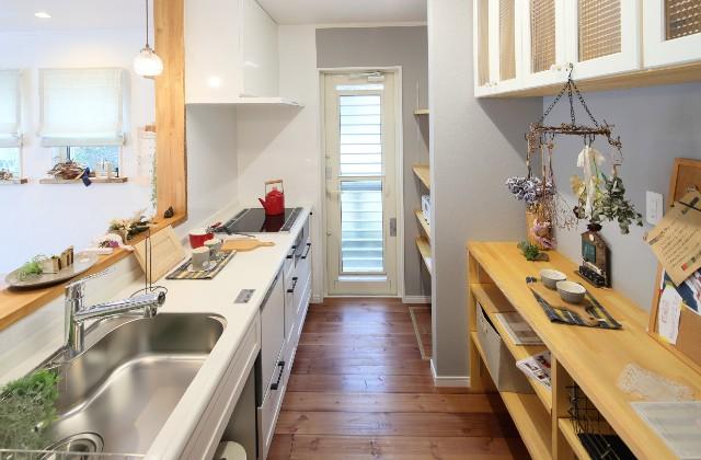 キッチン - J・M・C - 建築事例 - 無垢材&漆喰塗り壁 カフェのようなホッとするかわいいお家