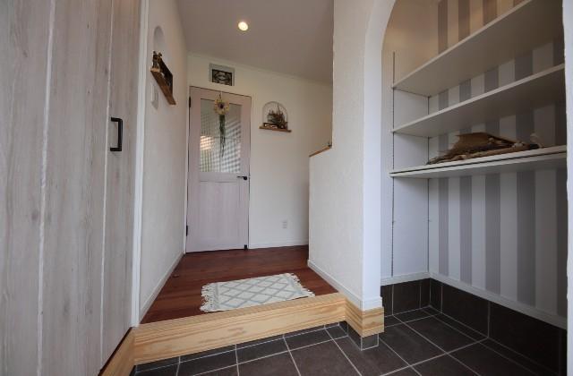 玄関 - J・M・C - 建築事例 - 無垢材&漆喰塗り壁 カフェのようなホッとするかわいいお家