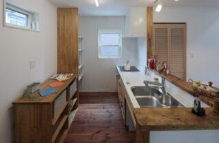 キッチン - かわいい見た目だけじゃない塗り壁&第2のリビングになる土間のある家 - 施工事例 - JMC