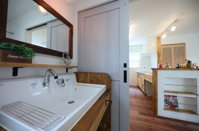 洗面スペース - かわいい見た目だけじゃない塗り壁&第2のリビングになる土間のある家 - 施工事例 - JMC