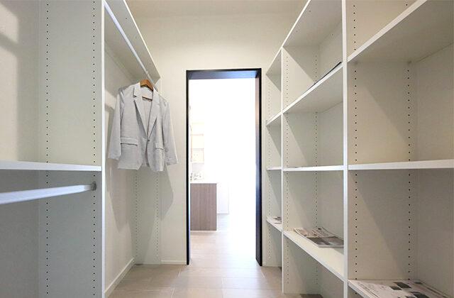 巣ごもりライブラリーでおうち時間が充実するガレージのある平屋-カマダの家