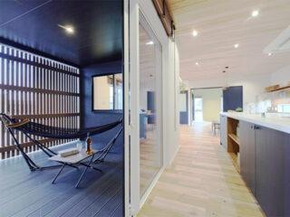 豊かな木の香りが漂うリゾートホテルライクなコートヤードハウス-カマダの家