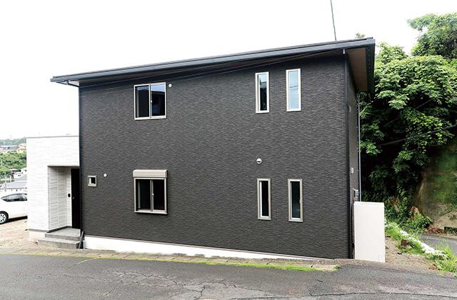 「桜島を望む高台に建つ二階建ての高性能住宅」(鹿児島市)-国分ハウジング