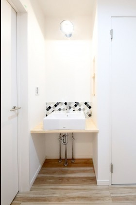 国分ハウジング 建築事例 タイルがアクセントの 可愛い手洗器