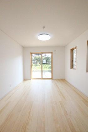 国分ハウジング 建築事例 無垢床の洋室