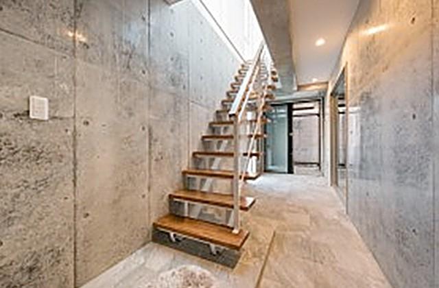 国分ハウジング 建築事例 ビルトインガレージの階段