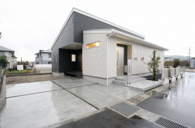 国分ハウジング 建築事例 開放的な吹き抜けに現し梁がお洒落な明るいリビングの家