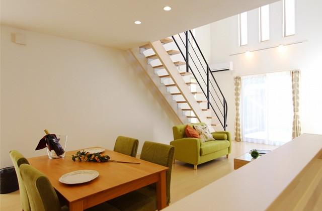 国分ハウジング 東谷山モデルハウス「開放感のある吹抜けから太陽の光が差し込むナチュラルモダンな家」(鹿児島市)