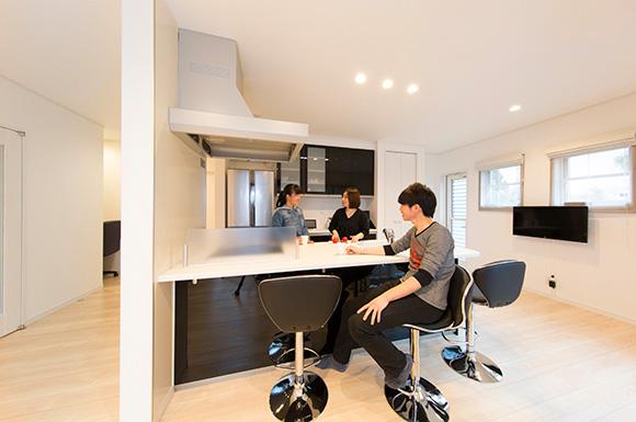 ダイニングキッチン - スキップフロア+平屋で2階建感覚で暮らせるアイデアプランの平屋 - 建築事例 - ヤマダレオハウス