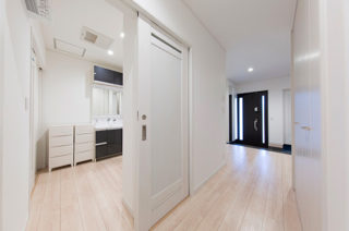 洗面スペース - スキップフロア+平屋で2階建感覚で暮らせるアイデアプランの平屋 - 建築事例 - ヤマダレオハウス