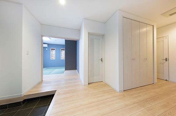 玄関から和室へ - スキップフロア+平屋で2階建感覚で暮らせるアイデアプランの平屋 - 建築事例 - ヤマダレオハウス