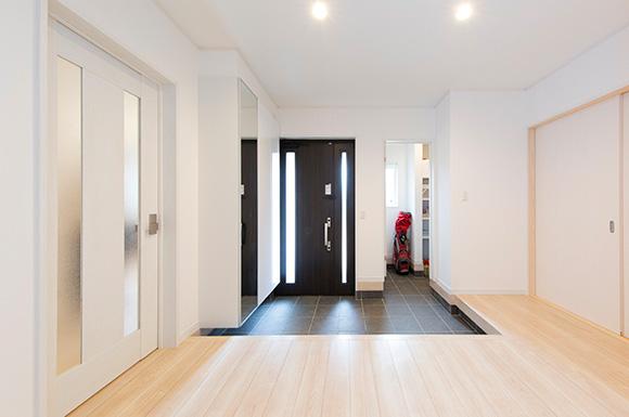 玄関 - スキップフロア+平屋で2階建感覚で暮らせるアイデアプランの平屋 - 建築事例 - ヤマダレオハウス