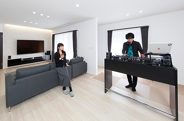 趣味のDJを楽しむ遮音性が高いおしゃれなLDKのある家 - 建築事例 - ヤマダレオハウス