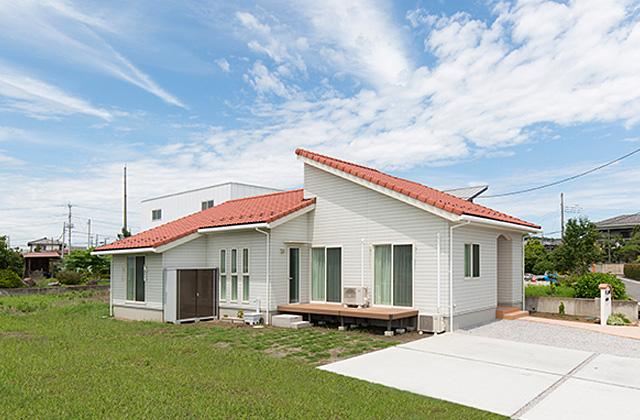 外観 - 元気な子供達がのびのびと遊べる赤い屋根のかわいい平屋 - 建築事例 - ヤマダレオハウス