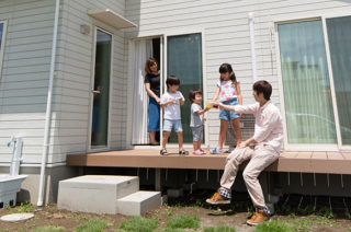 ウッドデッキ - 元気な子供達がのびのびと遊べる赤い屋根のかわいい平屋 - 建築事例 - ヤマダレオハウス