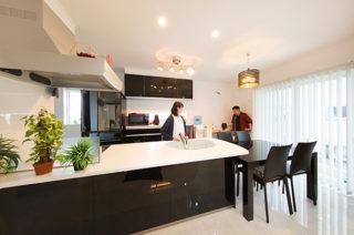 キッチンダイニング - 心地よい吹き抜けがある洗練されたホテルライクな家 - 建築事例 - ヤマダレオハウス
