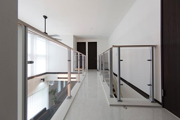 2階ホール - 心地よい吹き抜けがある洗練されたホテルライクな家 - 建築事例 - ヤマダレオハウス