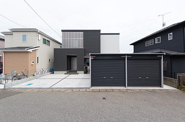 大きな吹き抜けとスリット階段がかっこいいインナーガレージのある家 - 建築事例 - ヤマダレオハウス