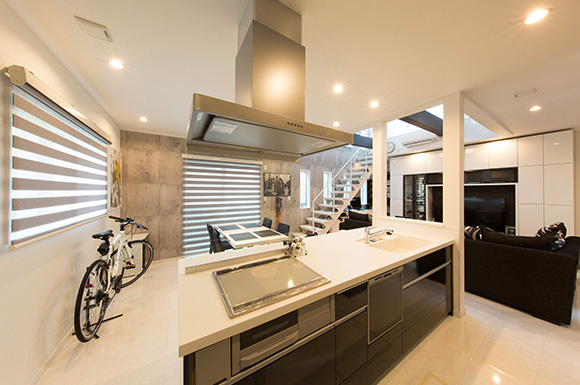 キッチン - 大きな吹き抜けとスリット階段がかっこいいインナーガレージのある家 - 建築事例 - ヤマダレオハウス