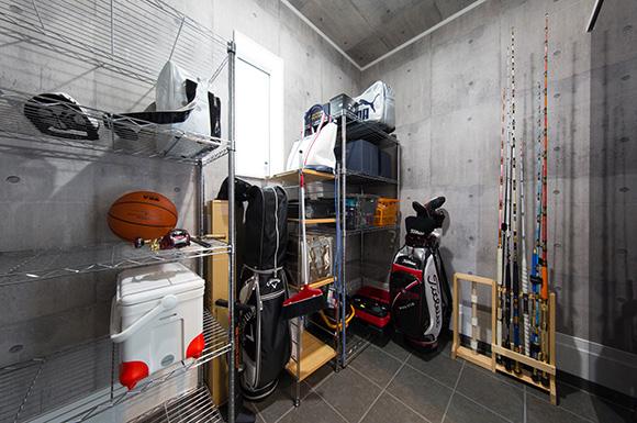 ガレージ収納 - 大きな吹き抜けとスリット階段がかっこいいインナーガレージのある家 - 建築事例 - ヤマダレオハウス