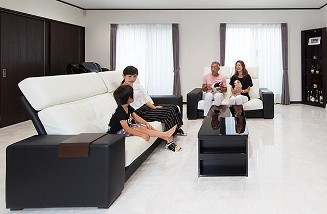 広々としたリビングに家族団らんが広がる二世帯住宅 - 建築事例 - レオハウス
