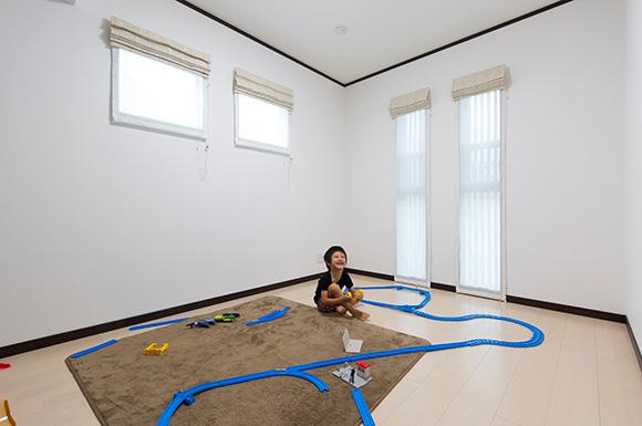 子供室 - 広々としたリビングに家族団らんが広がる二世帯住宅 - 建築事例 - レオハウス
