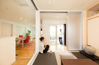 和室からウッドデッキ - 夫婦2人の暮らしをゆったりと豊かに楽しむウッドデッキのある平屋 - 建築事例 - レオハウス