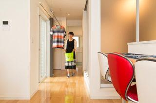 洗濯動線 - 夫婦2人の暮らしをゆったりと豊かに楽しむウッドデッキのある平屋 - 建築事例 - レオハウス