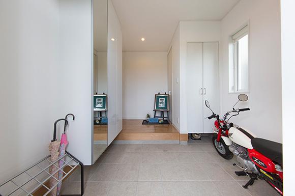 玄関 - 夫婦2人の暮らしをゆったりと豊かに楽しむウッドデッキのある平屋 - 建築事例 - レオハウス