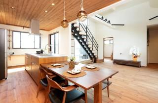フラットなアイランドキッチン - 万代ホーム
