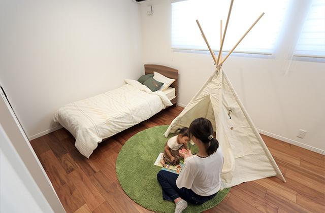 子ども室 - 万代ホーム - 建築事例 - 広々とした玄関に明るい空間と回遊動線があるリゾート風平屋
