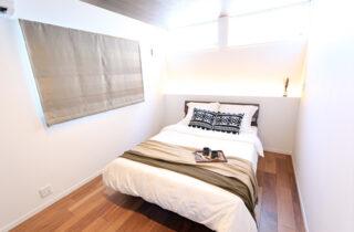 寝室 - 万代ホーム - 建築事例 - 広々とした玄関に明るい空間と回遊動線があるリゾート風平屋
