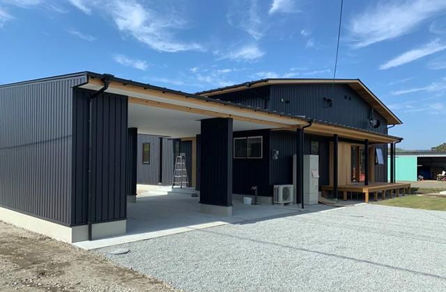 マル川建設 建築事例 木と黒にこだわった落ち着いた佇まいにビルトインガレージのある家