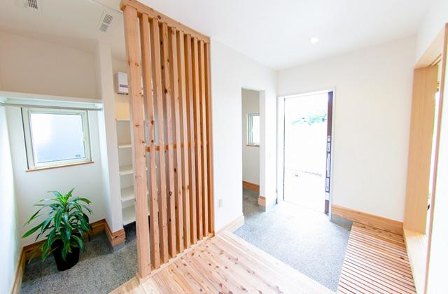丸和建設 建築事例 - 漆喰や杉の無垢材 自然の美しさをとりいれ日々を楽しむ端正なたたずまいの平屋