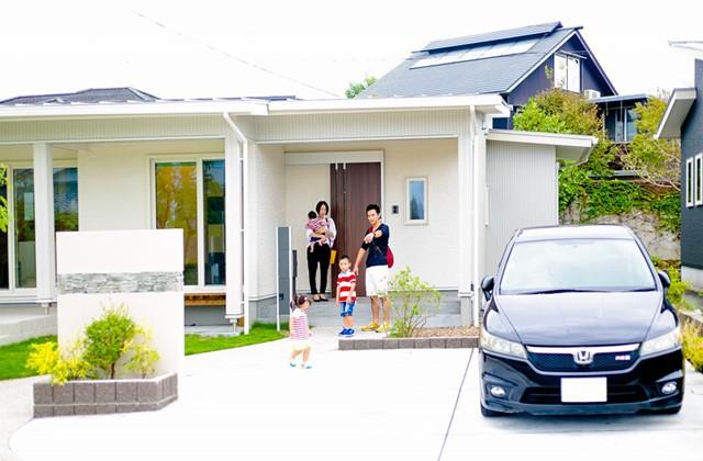 駐車場から玄関までのアプローチ - 丸和建設 建築事例
