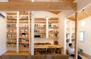 リビングの本棚 - 丸和建設 建築事例