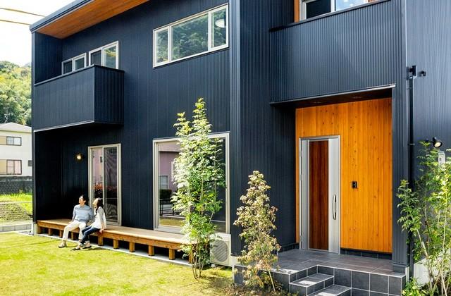 平松モデルハウス T-square「黒いガルバリウムに木目の外壁が斬新なボックス型のモデルハウス」(姶良市)