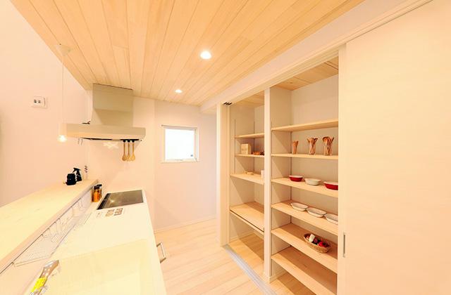 キッチンのオテキ収納で炊飯器・食器棚・冷蔵庫をまるっと隠せるもみの木の家 - もみの木ハウス・かごしま 建築事例