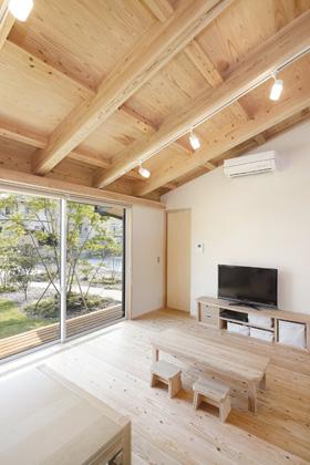 リビング - 木の香りとぬくもり、家族の気配が伝わる住まい - 建築実例 - MOOK HOUSE