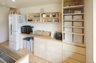 キッチン収納 - 木の香りとぬくもり、家族の気配が伝わる住まい - 建築実例 - MOOK HOUSE