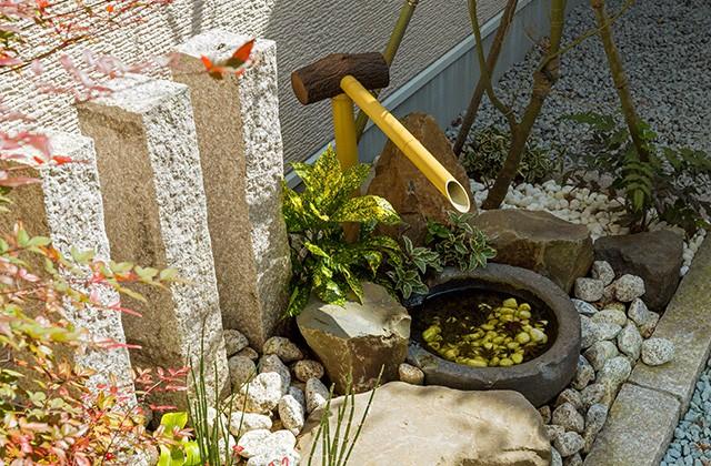 坪庭 - 建築事例 中池組 温泉が湧き出るからこその造作風呂のあるお家