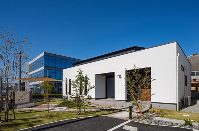 外観 白×黒のビンテージが似合う外観と家事ラク動線の平屋 - NEOデザインホーム - 建築事例