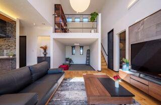 スキップフロア - 白×黒のビンテージが似合う外観と家事ラク動線の平屋 - NEOデザインホーム - 建築事例
