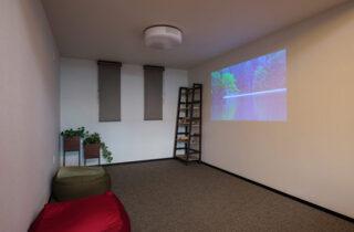 多目的空間 - 白×黒のビンテージが似合う外観と家事ラク動線の平屋 - NEOデザインホーム - 建築事例