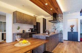 キッチン - 白×黒のビンテージが似合う外観と家事ラク動線の平屋 - NEOデザインホーム - 建築事例